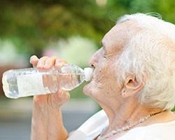 Boire 2l d'eau par jour protège les personnes âgées de la déshydratation