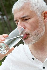 Les eaux riches en calcium et magnésium, comme l'Eau de Velleminfroy, sont adaptées aux besoins des seniors