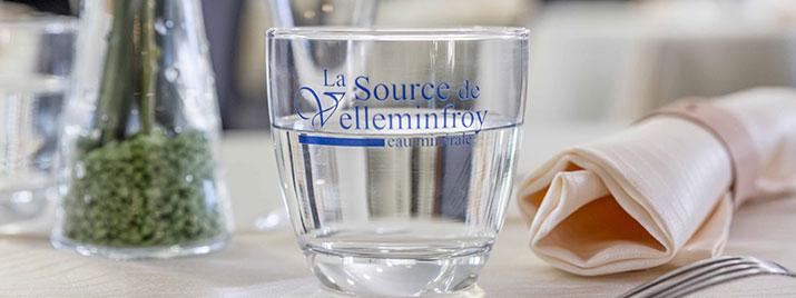 Verre d'eau minérale sans sel Velleminfroy