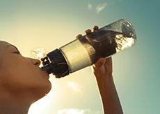 Il est essentiel de bien s'hydrater par forte chaleur ou quand on fait du sport