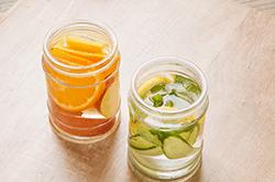 Alliez hydratation et plaisirs grâce aux eaux aromatisées ou detox water