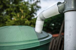 Les récupérateurs d'eau de pluie sont très pratiques pour l'arrosage du jardin