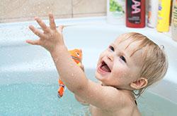 Pour éviter la déshydratation de bébé, donnez-lui plusieurs bains dans la journée.