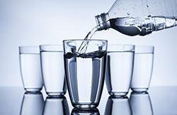 Pour une bonne hydratation, il est conseillé de boire 1,5l d'eau par jour, soit 8 verres d'eau