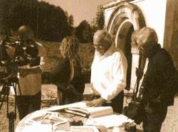 Paul Poulaillon présentant le projet de la Source de Velleminfroy à des journalistes