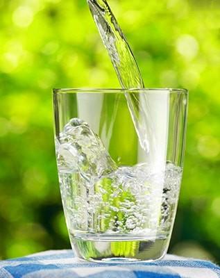 Pour une bonne hydration, buvez un verre d'eau minérale de Velleminfroy toutes les heures