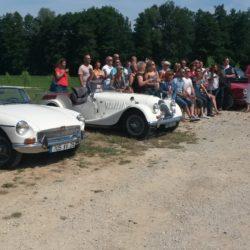 Photo de groupe avec voitures anciennes