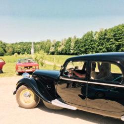 Ancienne voiture noire et rouge