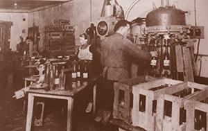 Chaîne de production et d'embouteillage de l'eau minérale de Velleminfroy dans les années 1950