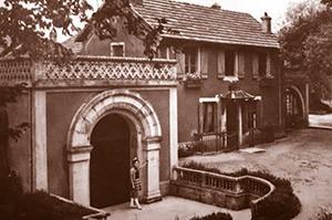 Bâtiment principal du domaine de la Source de Velleminfroy dans les années 1950