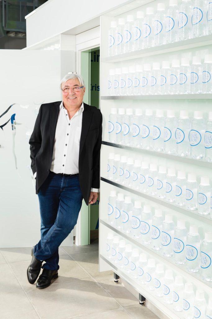 Photo de Paul Poulaillon avec bouteille eau minérale de Velleminfroy